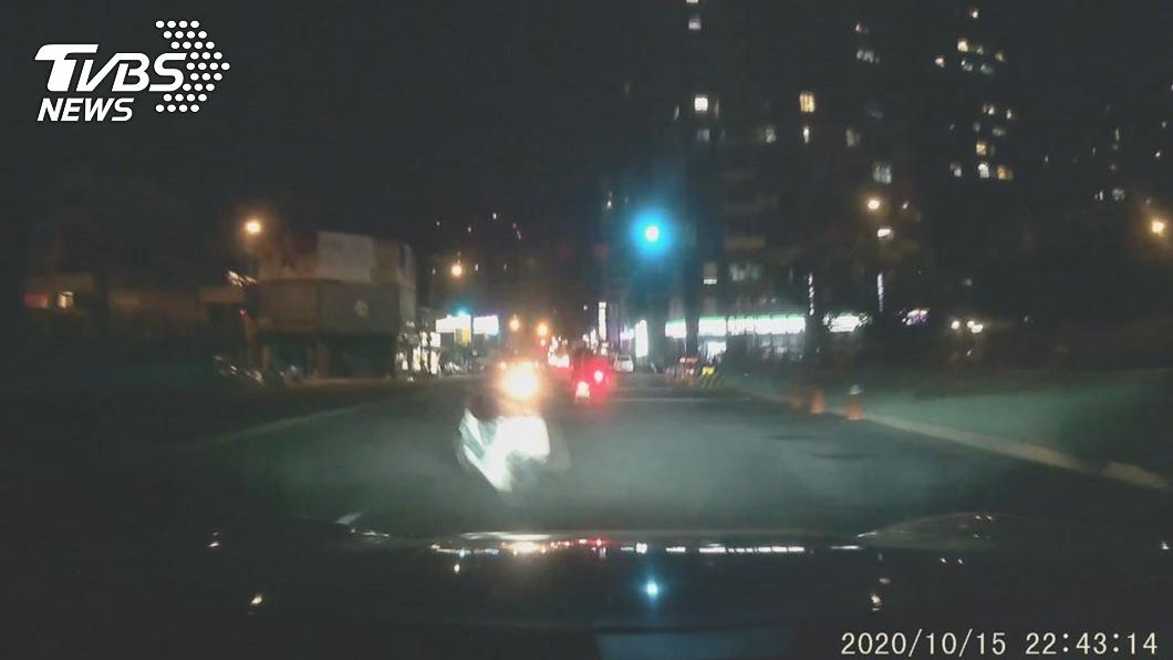 騎士撞上行人後倒地,無人機車失控撞上保時捷。(圖/TVBS) 悚!連環車禍釀4傷 「無人機車」爆衝撞壞保時捷