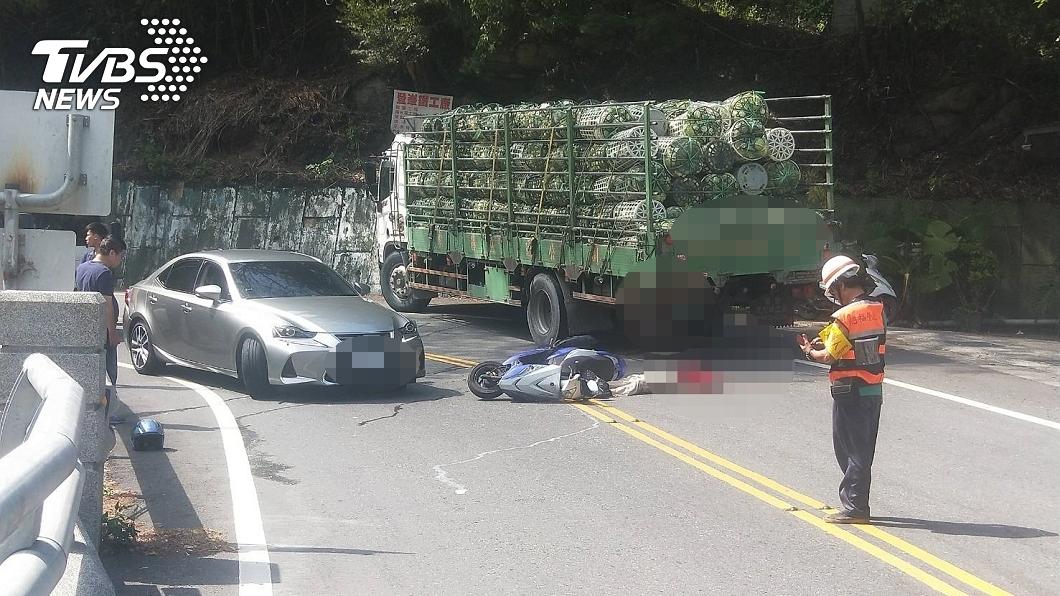 圖/TVBS 悚!南投機車擦撞貨車後座男「斷頭慘死」 路人全嚇壞