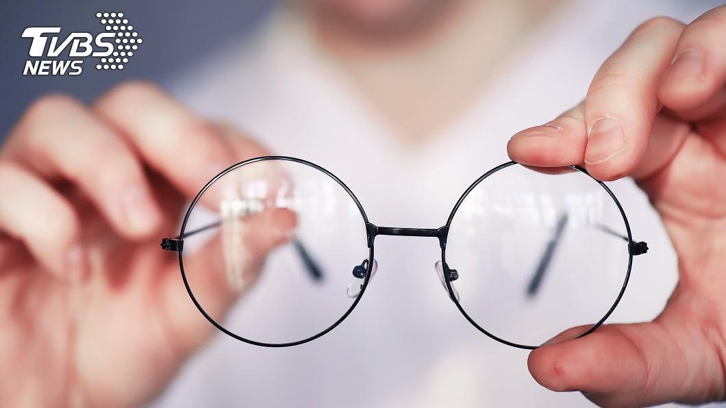 調查指出逾半民眾曾戴錯誤度數的眼鏡,引發頭暈、頭痛等不適。(示意圖/shutterstock 達志影像) 眼鏡配錯頭暈想吐? 醫曝「4大NG行為」超傷眼
