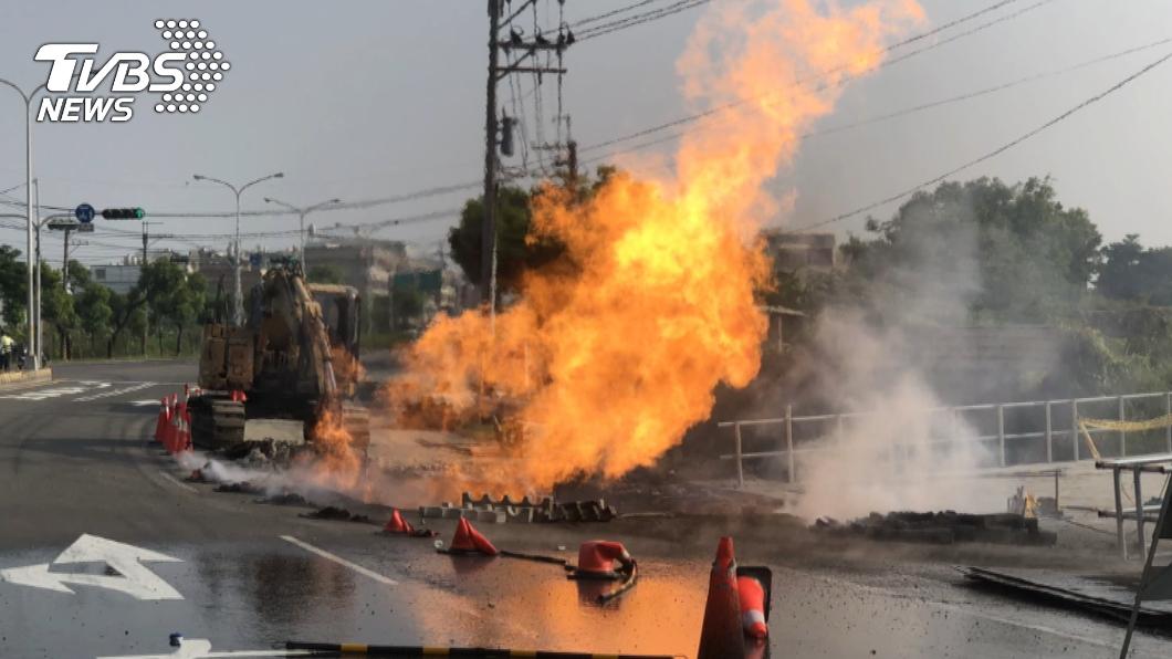 新市區省道疑怪手施工挖斷瓦斯管線,瞬間爆炸起火造成3名工人灼傷。(圖/TVBS) 施工挖斷瓦斯管線爆炸!台南新市3工人灼傷送醫