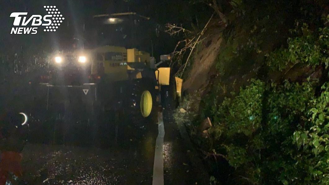 台9線蘇花公路因大雨不斷有零星落石,凌晨一度封路。(圖/中央社) 雨彈襲宜蘭!蘇花公路落石坍方一度封路