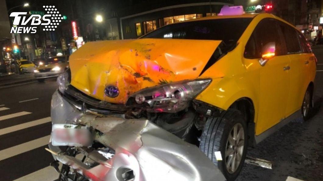 65歲林姓計程車司機疑突發疾病自撞,送醫後宣告不治。(圖/中央社) 疑突發病自撞車頭變形 小黃司機搶救不治
