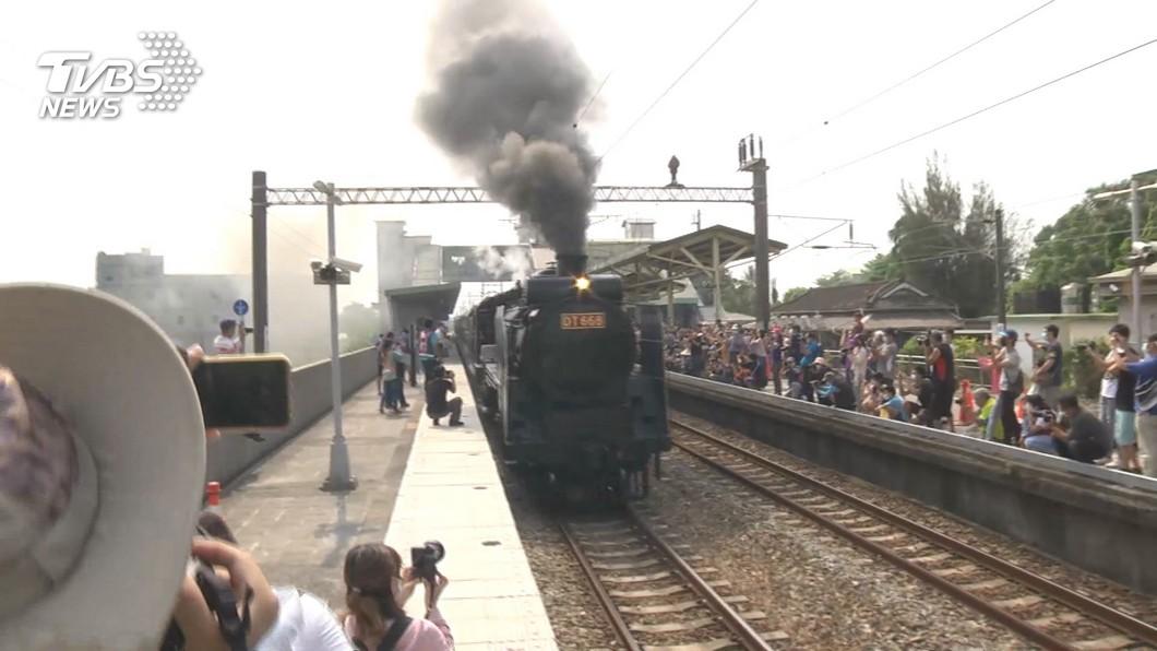 危險!為搶拍「蒸汽火車之王」 闖鐵軌、越柵欄