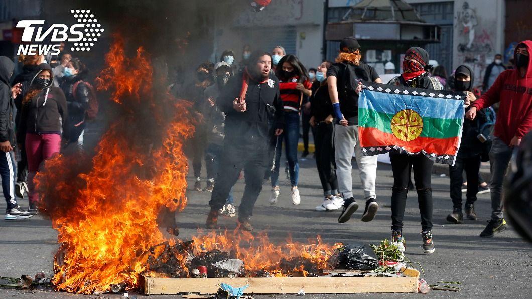 智利也有抗議! 鎮暴警出動水砲車反遭打砸