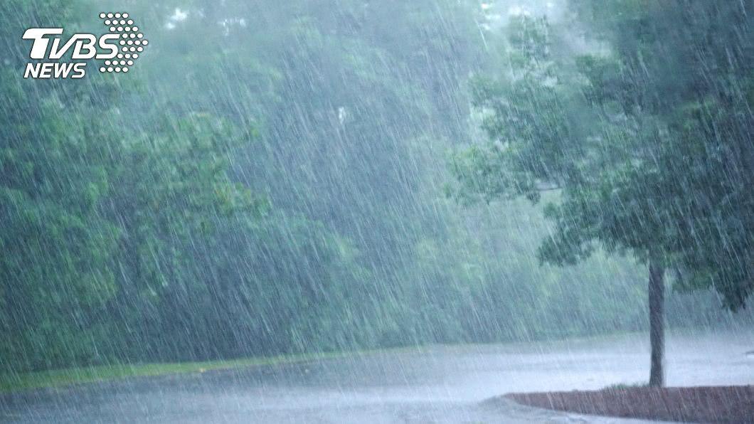 菲律賓海面「熱帶擾動」恐發展成颱,下週留意共伴效應帶來大雨。(示意圖/shutterstock 達志影像) 「熱帶擾動」恐成颱 專家:「共伴效應」留意大雨