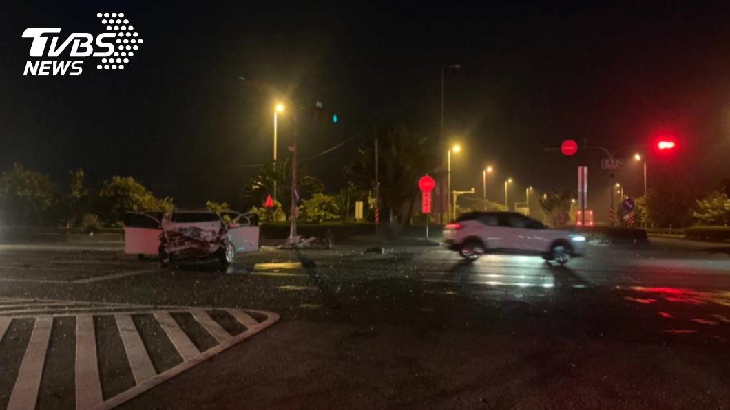 國道10號末端與發生2輛小客車相撞,造成6人受傷送醫。(圖/TVBS) 國道10號末端兩車相撞 6傷者送醫