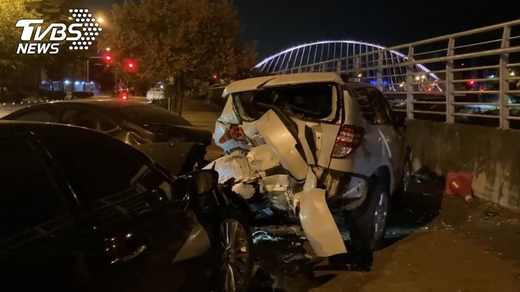 台中有位男子疑因疲勞駕駛,撞上停在路旁的2輛轎車。(圖/TVBS) 疑疲勞駕駛衝撞路旁2車 男胸口挫傷