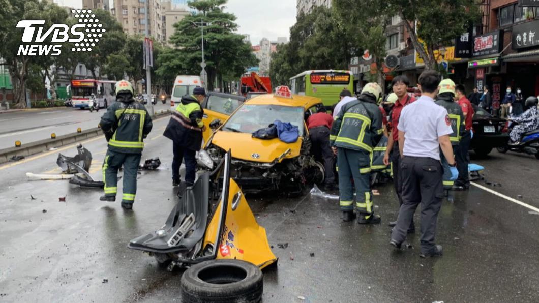 小客車偏離車道,造成後方計程車擦撞造成司機乘客受傷。(圖/TVBS) 駕駛偏離車道釀連環撞 小黃司機、乘客腿骨折