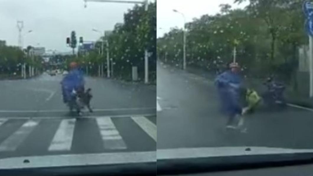 女童不慎從車上摔落,卻被父親狠踹。(圖/翻攝自微博) 起步沒抓穩!女童摔倒「狂奔追車」 慘遭狠父踹飛