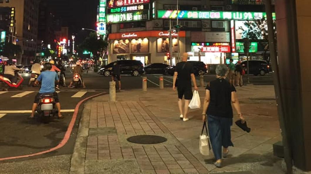 (圖/翻攝自爆廢公社公開版) 騎人行道遭開單 高雄男嗆警雙標「郵差也違法」
