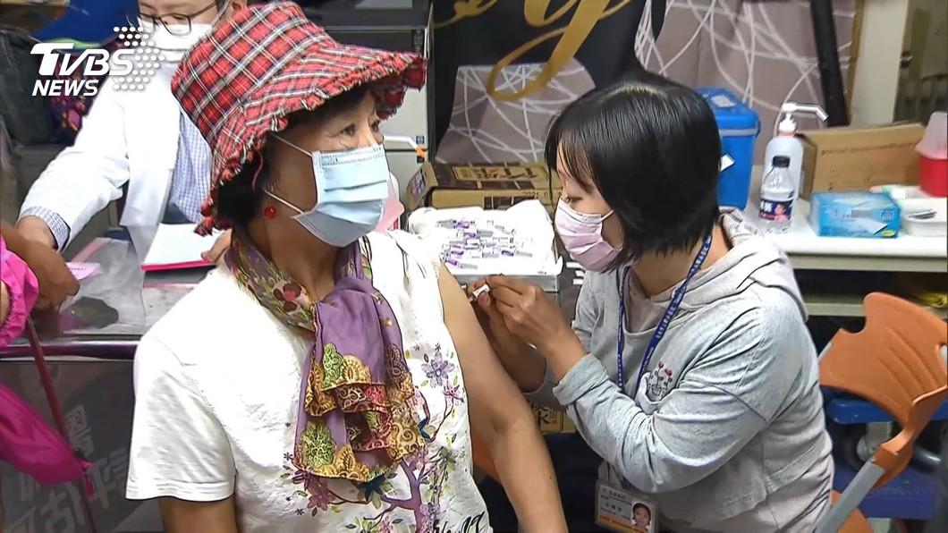 圖/TVBS 疫苗政策髮夾彎! 民眾提早2.5小時卡位接種
