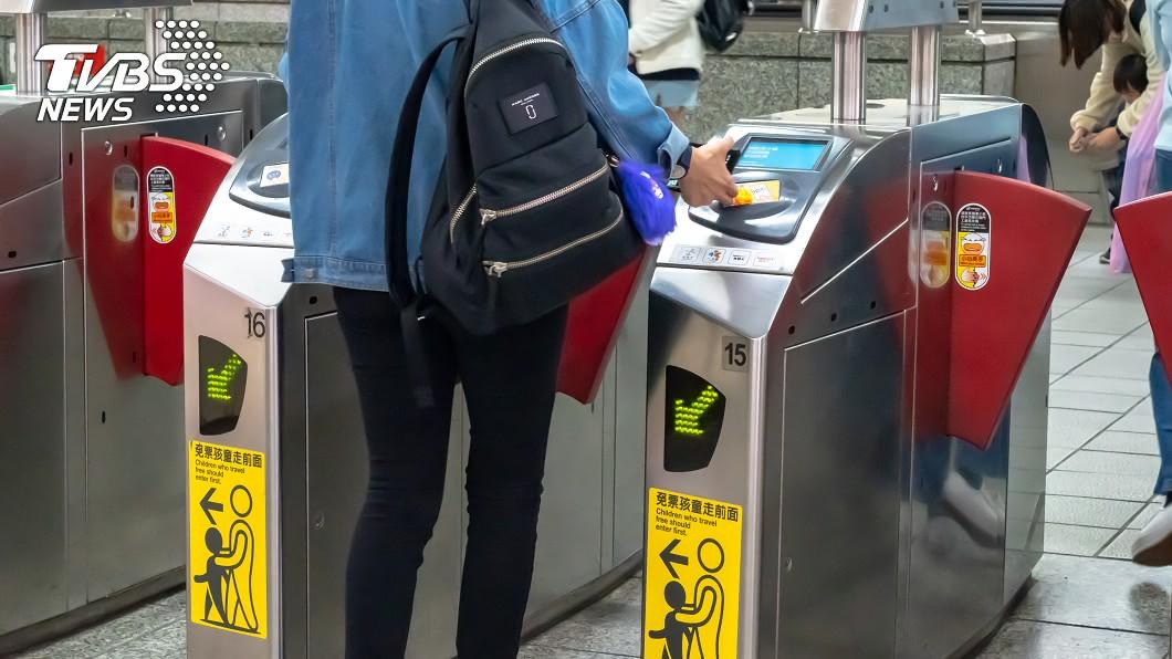 (示意圖/shutterstock達志影像) 搭捷運拉下口罩受關注 陌生女反誣賴:他摸我屁股