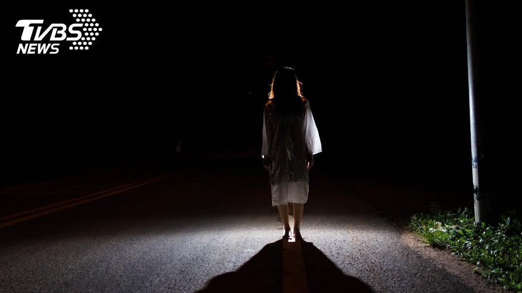 女子夜歸被暗巷中的景象嚇壞了。(示意圖/shutterstock 達志影像) 夜歸暗巷赫見「陰森人臉」 全網嚇瘋:心跳漏一拍
