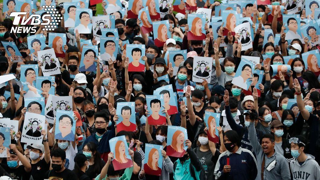 無視泰國政府禁令 萬人佔領勝利紀念碑