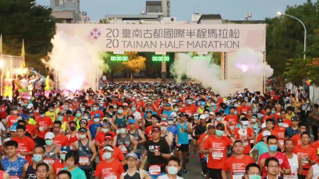 台南市今舉辦古都馬拉松。(圖/翻攝自黃偉哲臉書) 民眾受困馬拉松管制道 求助警遭冷回:誰叫你選這市長
