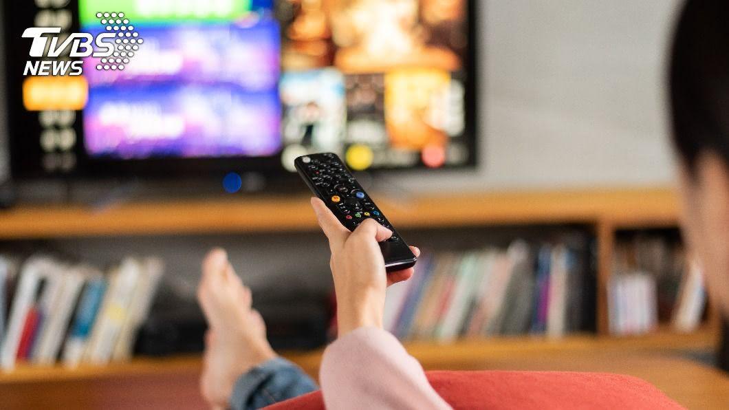 研究顯示,長時間看電視的人記憶力比對照組大幅衰退。(示意圖/shutterstock達志影像) 長時間看電視記憶力衰退? 2習慣傷腦又傷身