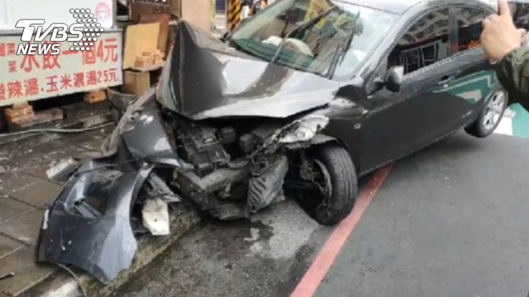 駕駛疑車速過快撞進餃子攤,車頭嚴重受損。(圖/TVBS) 18歲無照男撞進餃子攤 渾身酒氣「大字型」躺門口