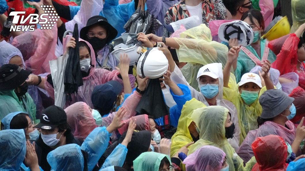 泰國示威有不少人準備免費雨傘、雨衣和頭盔提供抗議民眾使用。(圖/中央社) 泰國反政府示威 萬人兵分兩路再占主要路口
