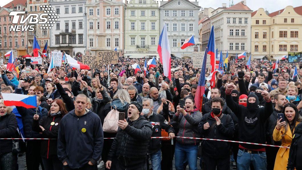 (圖/達志影像美聯社) 抗議政府防疫限制 捷克首都布拉格爆警民衝突