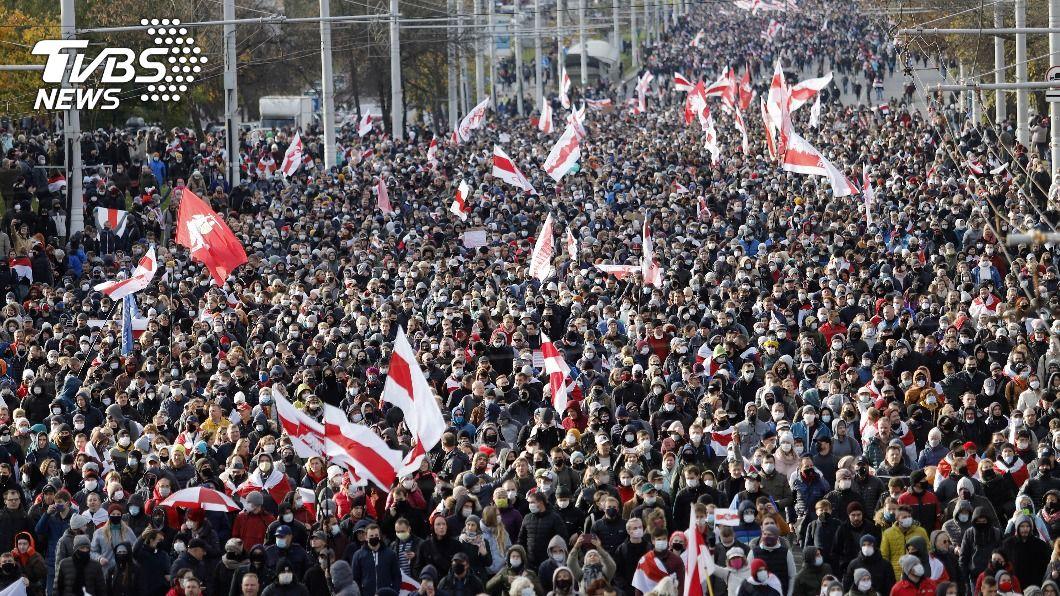 白俄羅斯抗議人士上街頭示威。(圖/達志影像美聯社) 不怕警方揚言開火 白俄首都又有數萬人上街示威