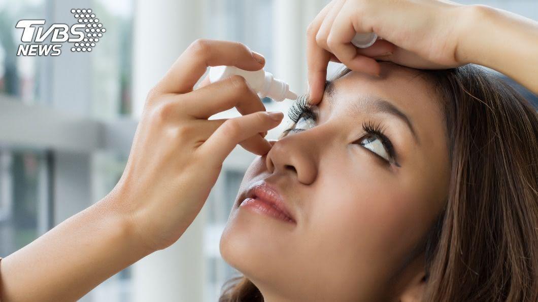 青光眼患者需常長期依賴眼藥水治療。(示意圖/shutterstock達志影像) 秋冬眼睛容易乾? 依賴「眼藥水」恐藏潛在危機