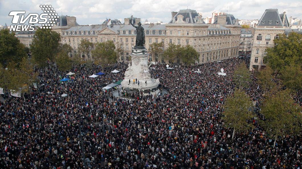 巴黎共和廣場湧進萬人,紀念遭恐怖份子當街斬首的老師帕第。(圖/達志影像美聯社) 法國萬人集會紀念遭斬首教師 不向極端主義低頭