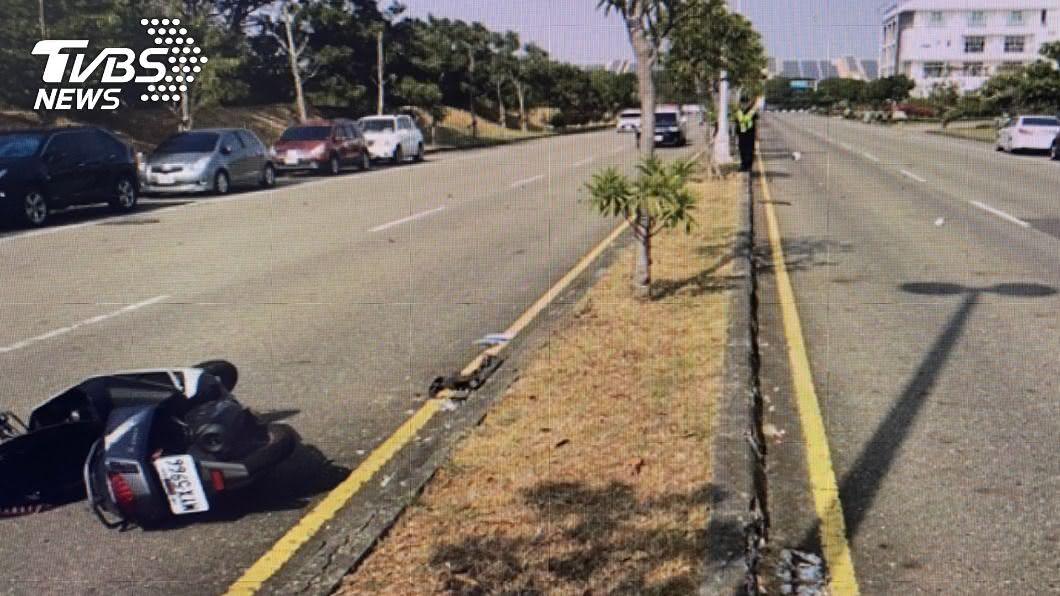 台南科技工業區發生自撞車禍,女騎士頭部重創不治身亡。(圖/TVBS) 南科女員工騎車自撞分隔島 頭部重創搶救不治