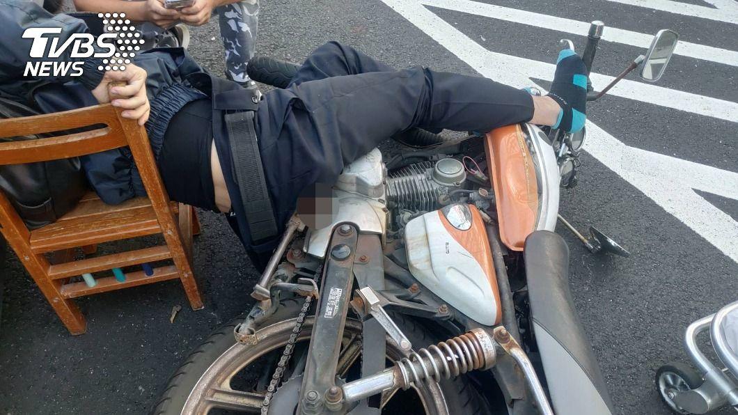 (圖/中央社) 好痛!機車遭後方汽車追撞 踏板鐵條插入騎士臀部