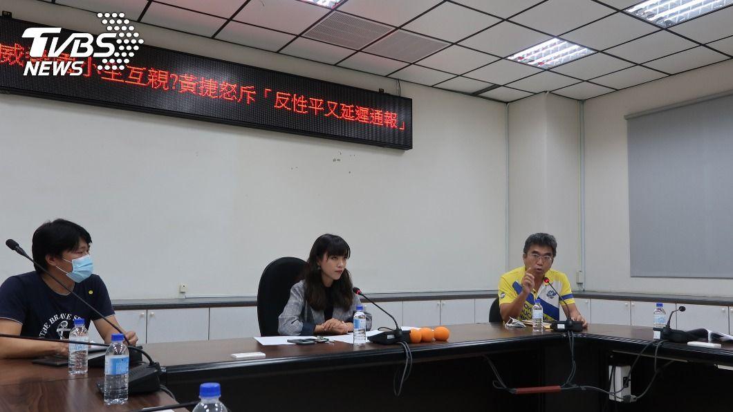 黃捷陪同家長指控國小教師對學生霸凌及言語騷擾。(圖/中央社) 高雄國小老師疑言語騷擾 學校:性平會調查未果