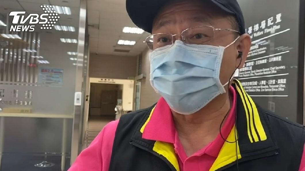 板橋區文翠里里長王永源赴疾管署抗議。(圖/TVBS) 轟疫苗政策說變就變!新北里長「手持球棒」衝疾管署