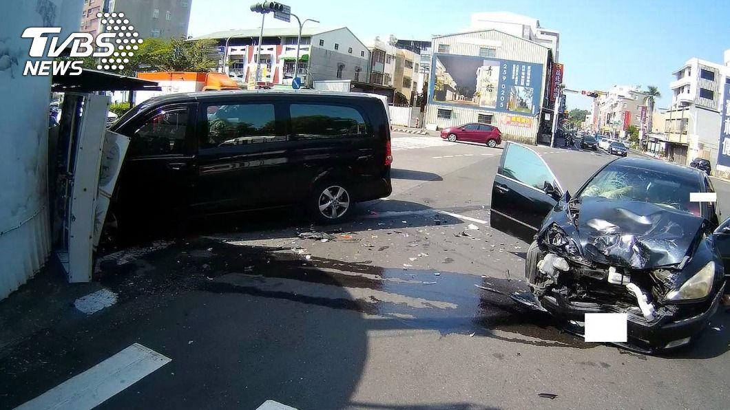 (圖/中央社) 嘉義市廂型車與自小客車擦撞 6人輕傷送醫