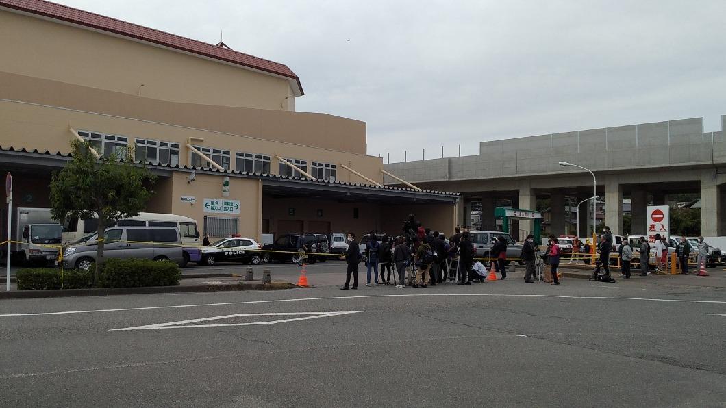 圖/翻攝自@UECS1推特 野熊闖入溫泉街商場 日警與熊對峙13小時