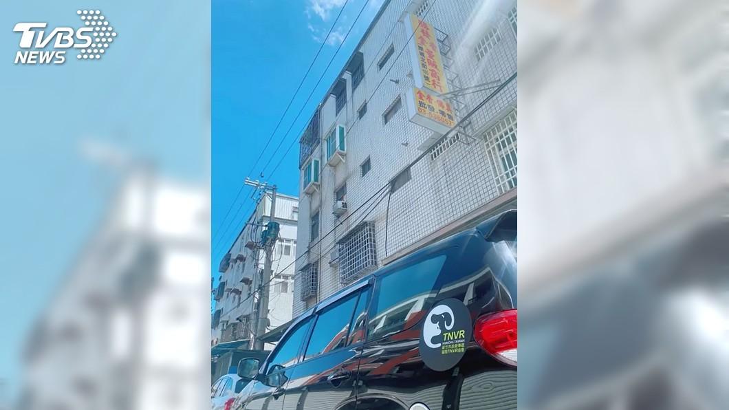 (圖/中央社) 黑狗疑遭人從6樓丟下砸車 竹市動保所調查中