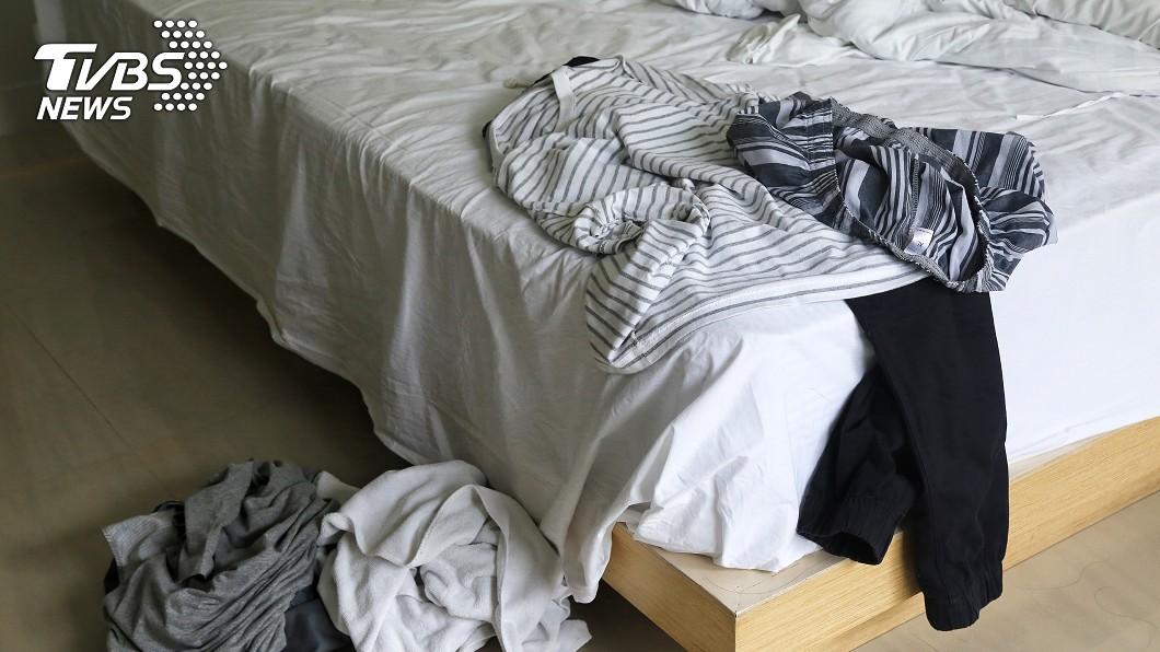 女子撞見男友與妹妹一起睡覺。(示意圖/shutterstock達志影像) 男友妹借住 女翻垃圾驚「纏綿證據」反被嗆:誰叫妳拒絕