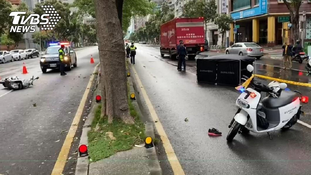 台北市大安區清晨發生死亡車禍。(圖/TVBS) 北市女騎共享機車 自撞噴飛對向車道慘「貨車爆頭」亡
