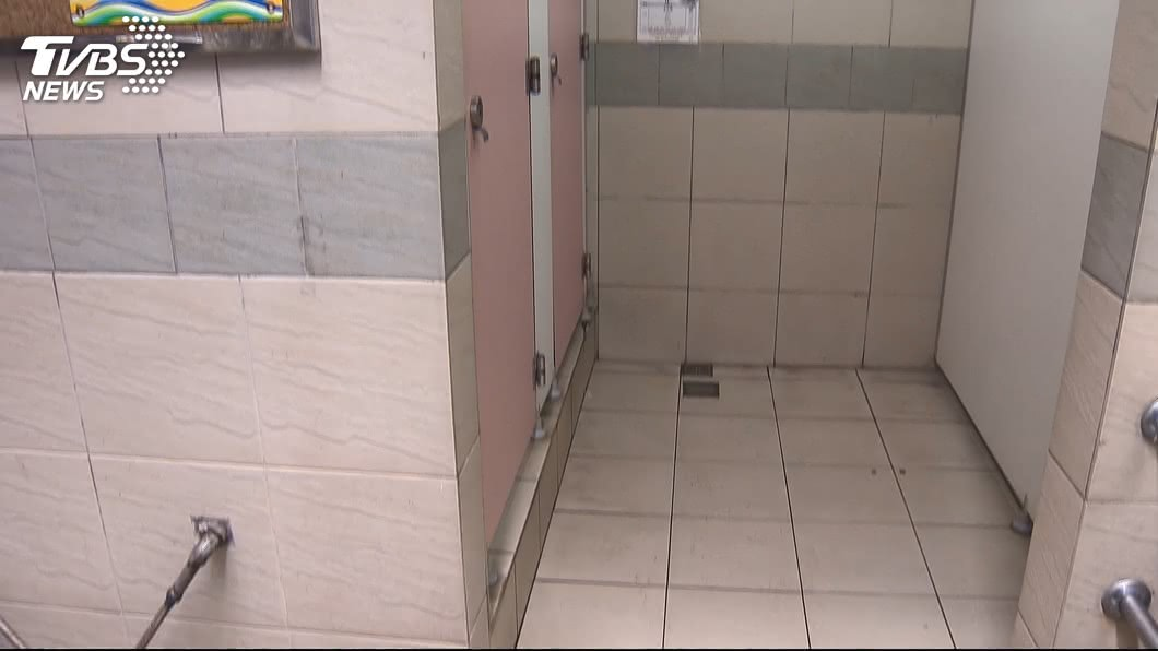 有女性民眾日前上廁所時驚見裸男,事後對方將門反鎖,警方獲報將門打開,人卻憑空消失。(示意圖/TVBS資料畫面) 女上公廁驚見裸男嚇壞 警到場開門人「憑空消失」超傻眼