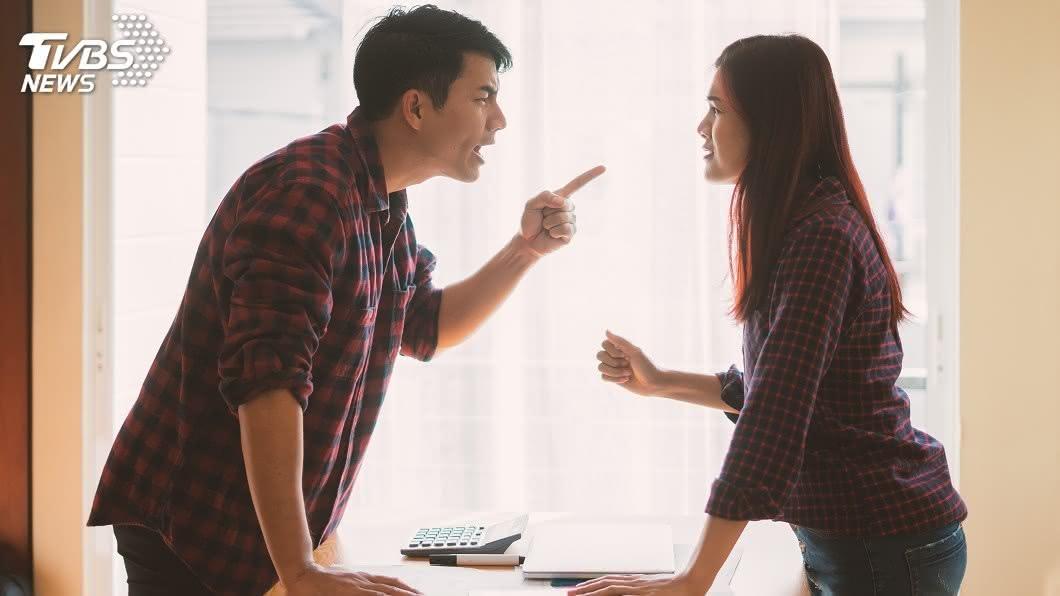 大陸一對夫妻因感情不睦決定離婚。(示意圖/shutterstock 達志影像) 離婚爆口角遭尪抱起丟下橋 女墜12層樓險沒命
