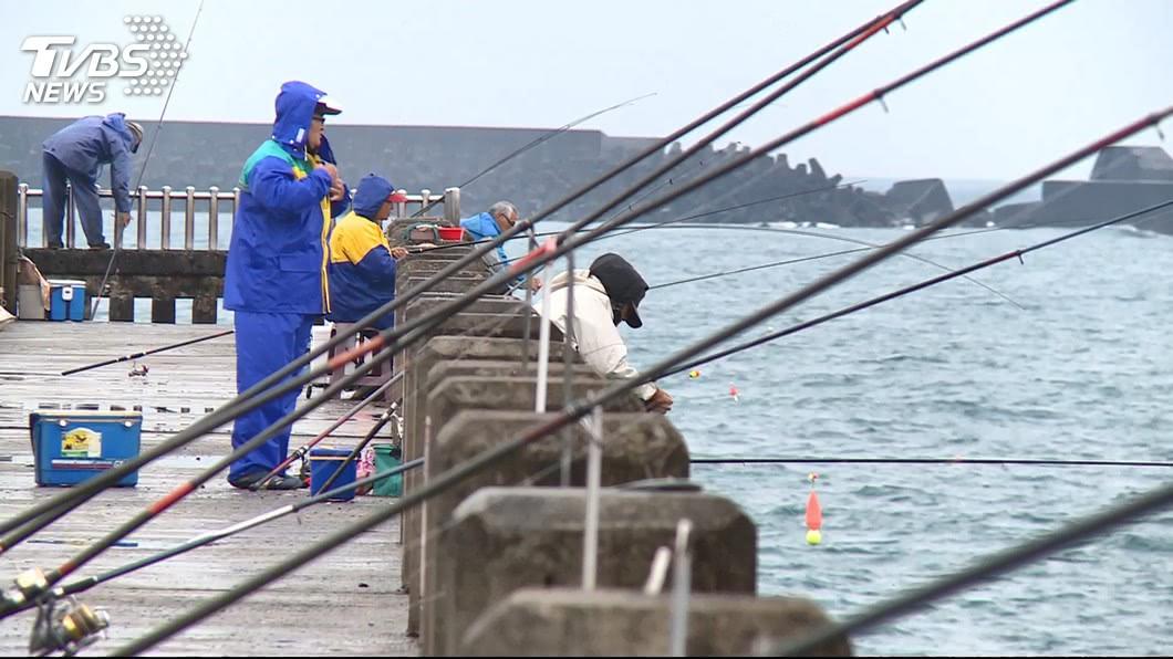 許多民眾的平日休閒活動,就是到海邊釣魚。(示意圖/TVBS資料畫面) 海釣被魚刺扎傷 男秒癱休克一查是「台灣5大毒魚」