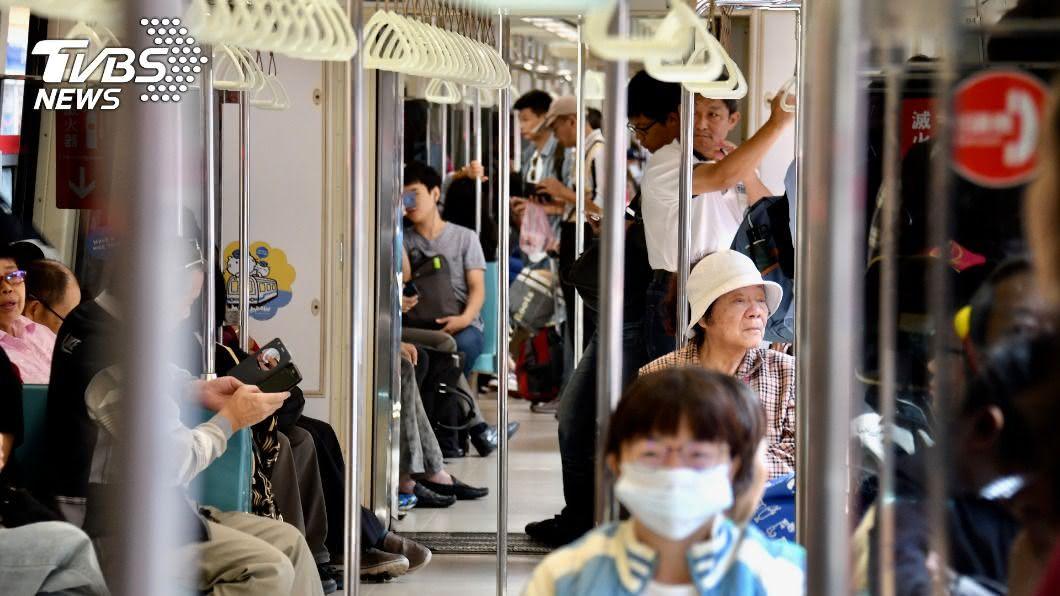 民眾搭乘捷運遭人以AirDrop性騷擾。(示意圖/shutterstock達志影像) 女坐捷運AirDrop通知「換寵物照」 點開嚇傻:要吐了!