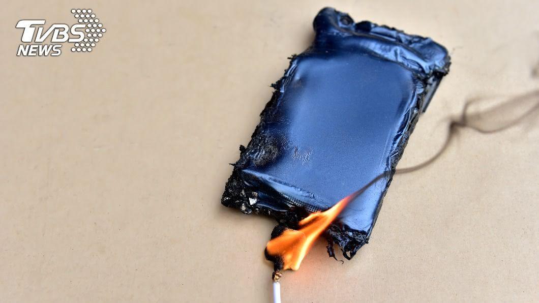 手機充電中過熱自燃案件頻傳。(示意圖/Shutterstock達志影像) 手機突自燃乘客尖叫逃竄 司機淡定「鏟起往外丟」解危