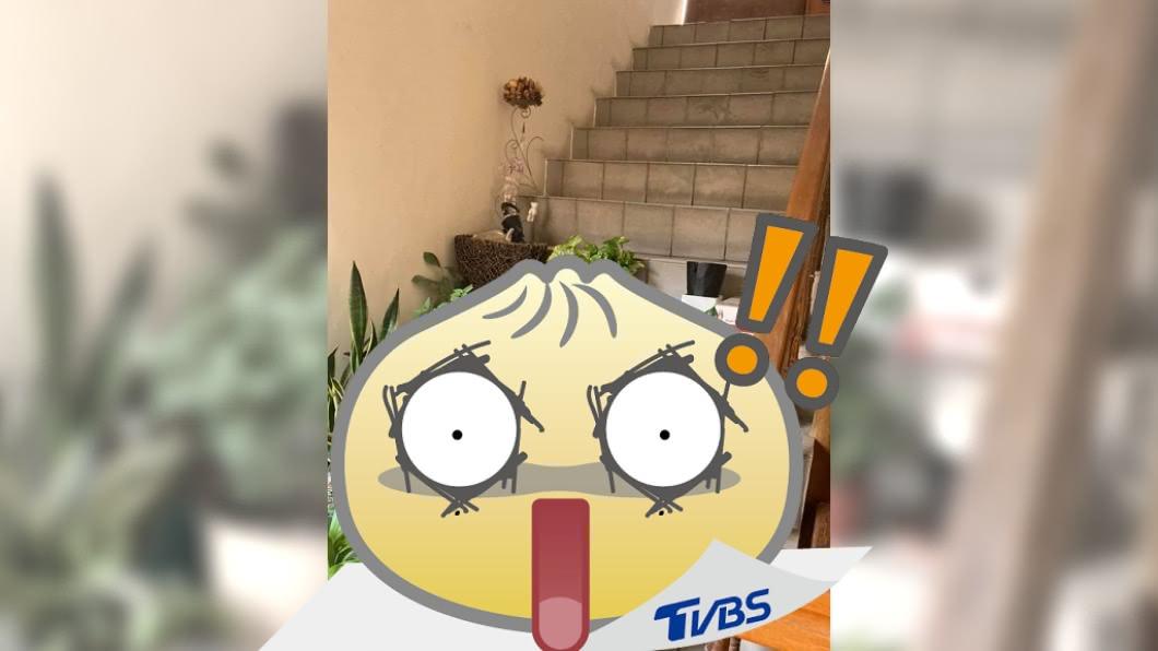 網友分享自家公寓的逃生梯遭霸占。(圖/翻攝自爆怨2公社) 逃生梯遭「風水大陣」霸占 網轟自私:誇張無極限!