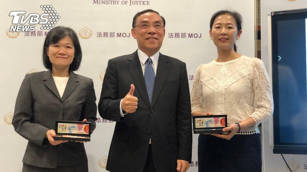 法務部長蔡清祥(中)今(21)日肯定2名檢察官,並致贈紀念品。(圖/中央社) 獲紫絲帶獎 2女檢靠「雞婆」拯救受害婦幼