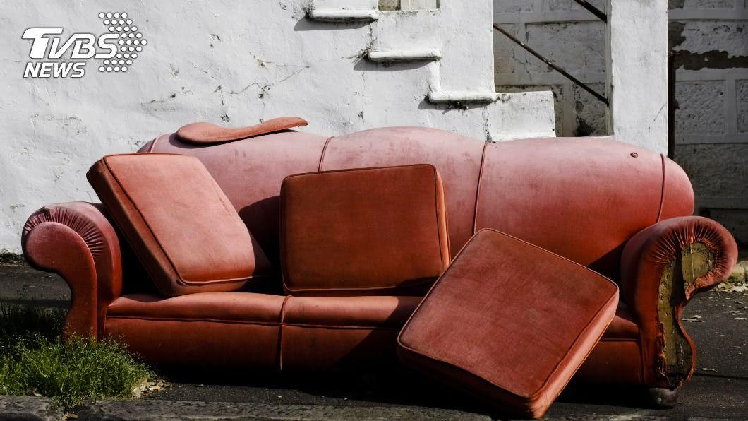 沙發超過40年沒洗,一下水場面超驚人。(示意圖/shutterstock 達志影像) 沙發超過40年沒洗 一下水「宛如命案現場」超驚人