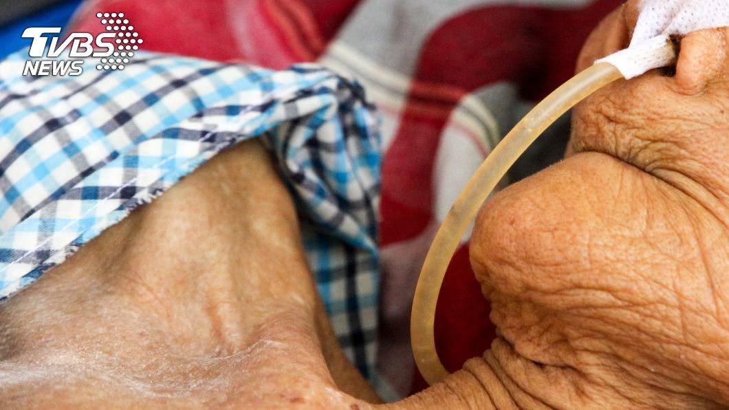 90歲嬤怕嫌犯復仇不敢報警。(示意圖/shutterstock達志影像) 2壯男強闖侵犯90歲嬤 「半死攤床5天」才被發現