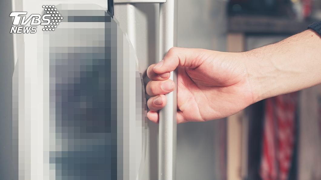 孩子在冰箱凍成冰屍。(示意圖/shutterstock達志影像) 母嫌哭聲吵怒了 4月大兒猛塞冰箱「凍成嬰屍」亡