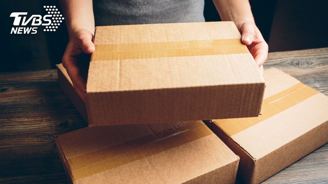 女子到超商領貨時發現包裹已被拆過。(示意圖/shutterstock達志影像) 超商取包裹疑「拆開再重封」 店員卸責:他人誤領