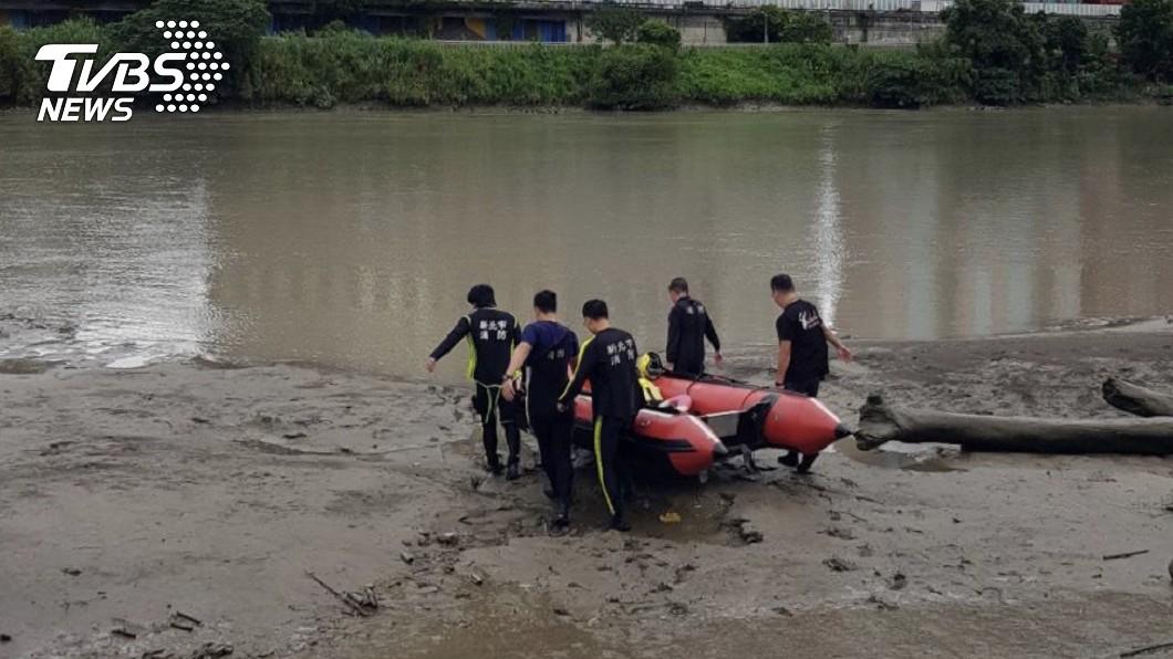 意外找尋到女屍。(圖/TVBS) 工人新店溪落水 打撈起竟是「泡9天無名女屍」全身浮腫