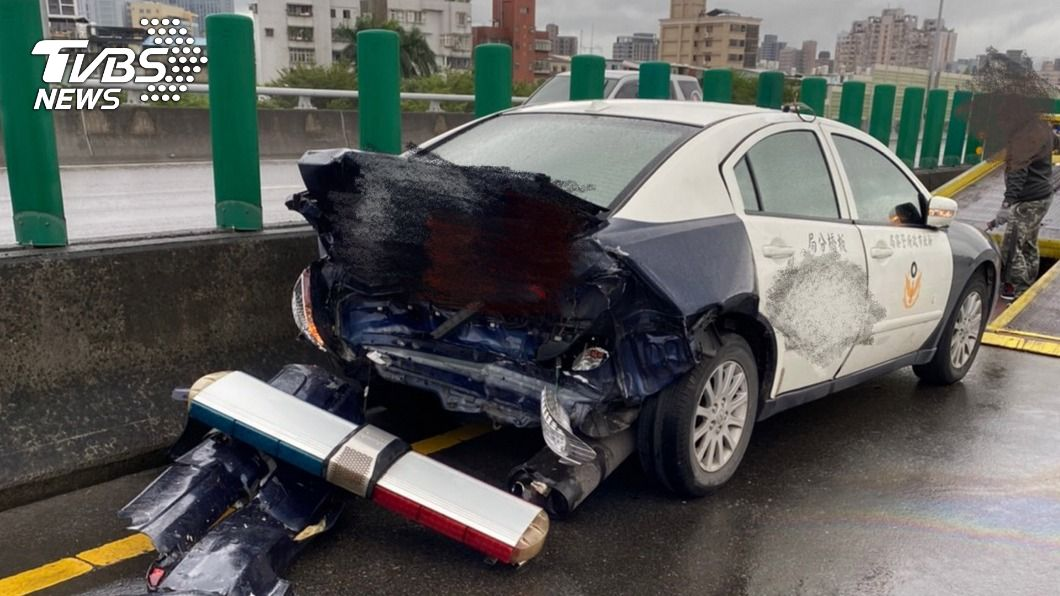 (圖/中央社) 快速道路處理散落物 警車遭休旅車追撞3輕傷送醫