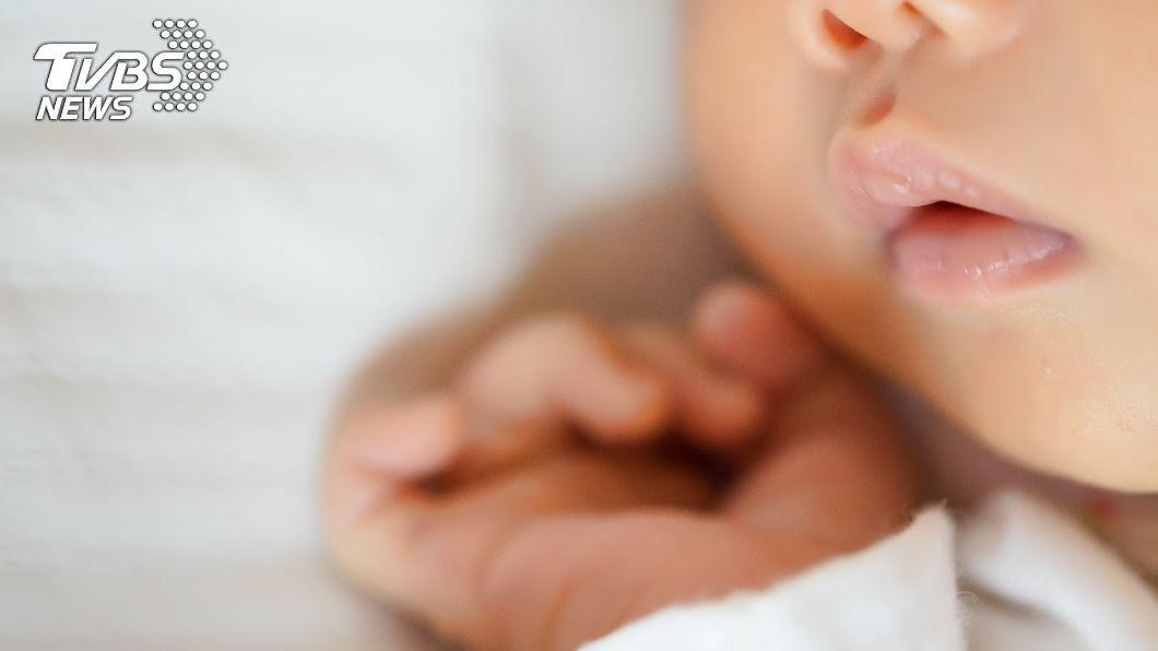 女嬰生前疑似遭受虐待。(示意圖/shutterstock達志影像) 女嬰無外傷送命 醫見「眼底出血」起底受虐黑幕