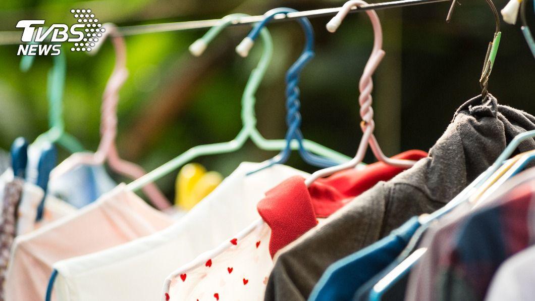 洗完衣服超過1小時沒晾,滋生的細菌等同於沒洗。(示意圖/shutterstock 達志影像) 洗完1小時內快晾! 4大曬衣NG行為恐「養菌」